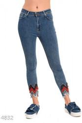 Синие джинсы скинни с цветной бахромой на штанинах